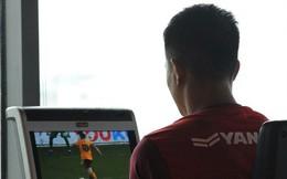 Đức Chinh vừa tập gym vừa xem lại trận đấu của Manchester United