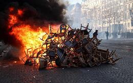 Cận cảnh loạt hình ảnh rúng động ở Paris hoa lệ khiến Tổng thống Pháp phải họp khẩn