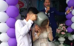 Sắm con dao phay để cắt bánh cưới đã hài, cô dâu chú rể còn khiến dân mạng cười tê mồm vì uống rượu bằng nồi cơm điện
