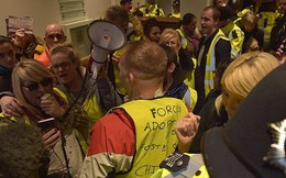 Người biểu tình 'Áo vàng' xông thẳng vào văn phòng Bộ trưởng Tư pháp Anh