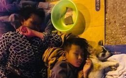 Giữa đêm Sài Gòn, gia đình 3 thành viên ôm nhau ngủ vùi dưới ánh đèn đường leo lét gây xúc động mạnh
