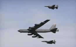 """Tiêm kích Su-27 Nga """"dằn mặt"""" pháo đài bay B-52H của Mỹ tiến gần biên giới"""