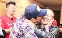 Tài tử Cha In-pyo, huyền thoại bóng đá Hàn Quốc ôm hôn chúc mừng HLV Park Hang-seo trong phòng họp báo