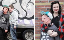 Chạnh lòng vì con trai không cho mình âu yếm, người mẹ đan hẳn đứa bé bằng len để ôm mọi lúc mọi nơi
