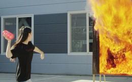Ngoài smartphone, Samsung còn làm cả bình hoa chữa cháy: Ném vỡ một nhát, dập ngay hỏa hoạn