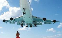 Thái Lan có thể áp dụng mức tử hình với du khách chụp selfie trên bãi biển Phuket gây cản trở máy bay cất cánh