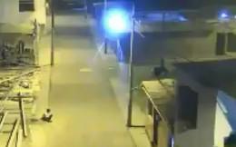 Công chúng Peru nghẹn lòng vì cậu bé làm bài tập dưới ánh đèn đường