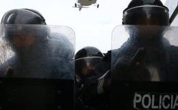 Xông vào máy bay chở khách cướp tiền, đấu súng với cảnh sát