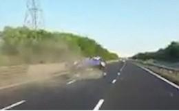 """Video: """"Xe điên"""" cắt ngang làn đường đâm vào rào chắn, lộn nhào 3 vòng"""