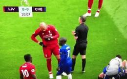Tiền vệ Liverpool xì mũi vào đối thủ đang bị đau phải nằm sân