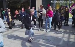 Cụ bà nhảy cực sung giữa trung tâm mua sắm khiến nhiều người thích thú