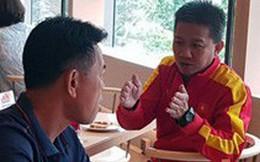 HLV Hoàng Anh Tuấn tranh thủ giờ nghỉ trưa bàn 'kế sách' cho U18 Việt Nam trước ngày ra mắt