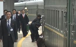 Vệ sỹ Triều Tiên hối hả chạy theo tàu, lau tay cầm và bậc cửa trước khi ông Kim xuất hiện