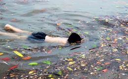 Trẻ ngụp lặn bơi trong rác biển ở Hạ Long
