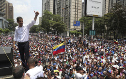 Chùm ảnh Venezuela hỗn loạn, chìm trong khói lửa và máu
