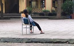 """Tấm ảnh nữ sinh ngồi vật vã giữa sân trường: """"Em mệt rồi, đừng bắt em học nữa"""" khiến cộng đồng mạng xót xa"""