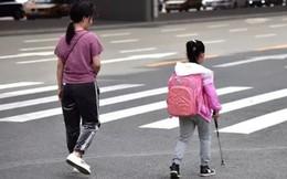 """Bé gái khiếm thị tự tin đi bộ từ nhà đến trường, không hề hay biết về """"bạn đồng hành"""" kiên nhẫn dõi theo em suốt 5 năm qua"""