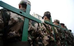 Trung Quốc dùng nạng gỗ, dây thừng rèn tác phong lính mới