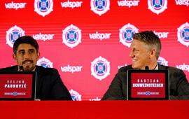 """Schweinsteiger 2 lần """"đứng hình"""" ở buổi ra mắt đội bóng mới"""