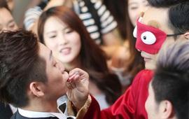 Trong ngày cưới của VĐV nhảy cầu xinh đẹp Trung Quốc, chú rể bị bắt bịt mắt tô son