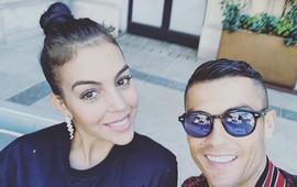 Giữa nguy cơ trùng trùng, Ronaldo chia sẻ bức ảnh ngập tràn hạnh phúc bên Georgina