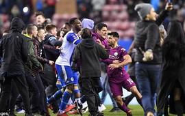 """Man City bị loại đầy cay đắng, Aguero giận dữ """"tẩn"""" CĐV đối phương"""