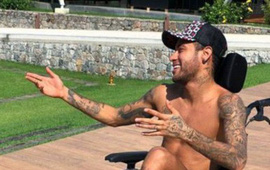 """Ngồi xe lăn đóng giả Stephen Hawking, Neymar bị """"ném đá"""" tơi bời"""