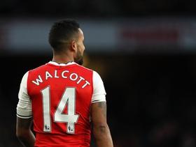 """""""Tay trắng"""" ra sân, đội trưởng Arsenal bị chỉ trích dữ dội"""