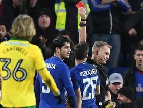 """Morata xơi thẻ đỏ, Chelsea """"chết hụt"""" trước đối thủ hạng dưới"""