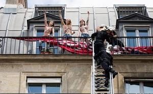 Người đẹp ngực trần 'cứu' Paris khỏi bạo loạn