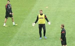 Pha làm bàn đẹp như vẽ của thủ môn Southampton