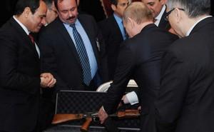 Khẩu AK-47 quà tặng của Putin báo hiệu một hợp đồng quân sự lớn