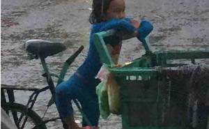 Đứa trẻ 5 tuổi và xe chở dừa giữa trời mưa khiến ta chạnh lòng