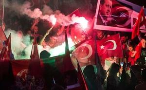Thổ Nhĩ Kỳ đóng cửa thêm truyền thông, sa thải tiếp quân nhân