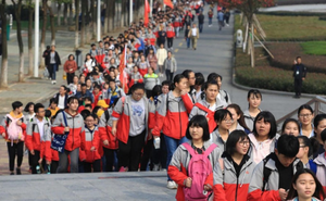 """Hàng nghìn học sinh Trung Quốc đi bộ 40km mong """"vào đại học bằng mọi giá"""""""