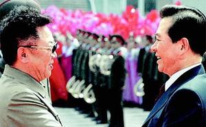 Triều Tiên bất ngờ đăng ảnh hiếm về cái bắt tay giữa Chủ tịch Kim Jong-il và TT Hàn Quốc