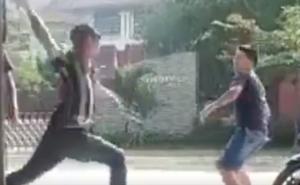 """2 thanh niên lao vào """"huyết chiến"""" để tranh giành bạn gái, 1 người gục tại chỗ"""