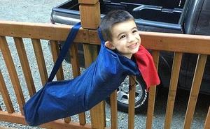 Chùm ảnh: Những tình huống mắc kẹt oái oăm của trẻ khiến bố mẹ loay hoay giải cứu