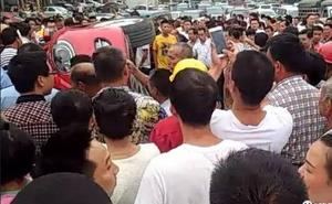 Ô tô bị người qua đường hò nhau lật tung giữa phố, nguyên nhân khiến nhiều người bức xúc