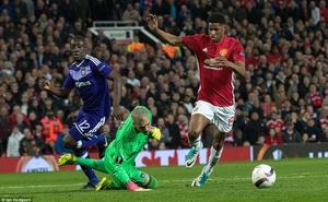 Đặt niềm tin vào Ibrahimovic, Mourinho khiến Old Trafford trải qua đủ 90 phút hãi hùng