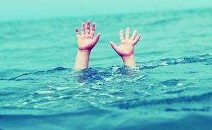 Chỉ 7 phút rời mắt khỏi con bên bể bơi, bà mẹ trẻ cả đời sống trong hối hận