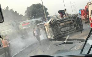 Ô tô lật nghiêng, cao tốc Pháp Vân - Cầu Giẽ tắc nghẽn nghiêm trọng