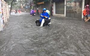 """Hà Nội: Mưa lớn ảnh hưởng bão số 2, nhiều tuyến đường biến thành """"sông"""""""