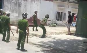 Video: Nam thanh niên nghi ngáo đá cầm dao tự cứa cổ rồi đe doạ cảnh sát