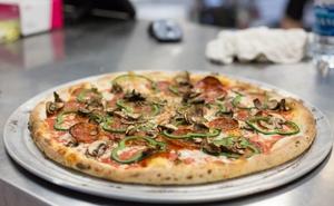 Không chỉ phục vụ nhà hàng, khách sạn, giờ robot còn có thể làm bánh pizza hết sức xuất sắc