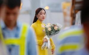 Cận cảnh nhan sắc thiếu nữ tặng hoa Tổng thống Trump ở Hà Nội