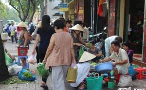 Xe biển xanh, hàng quán vẫn 'cướp' vỉa hè trắng trợn ở trung tâm Sài Gòn