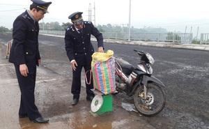 Bị yêu cầu dừng kiểm tra, tài xế vứt lại xe máy cùng 43kg nghi là thuốc bom