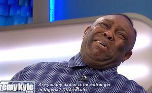 Cha bật khóc trên truyền hình khi biết cậu con trai mình nuôi nấng 32 năm không phải con ruột