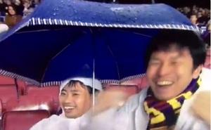 CĐV Barcelona ăn mừng khi Pique bị thẻ đỏ